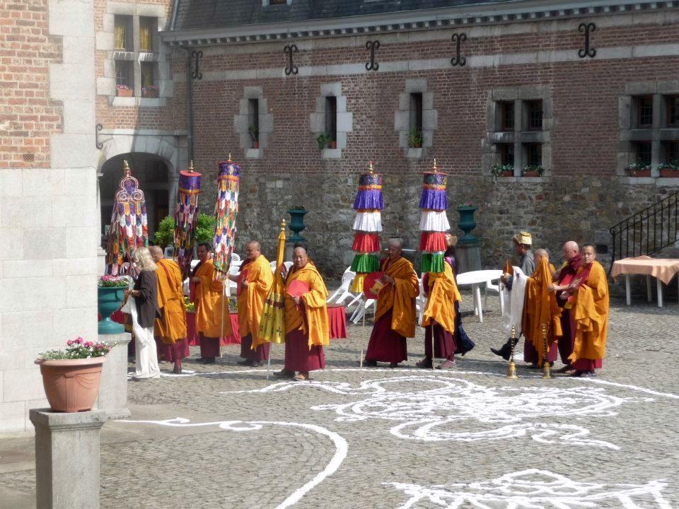 Lama's op de binnenplaats van het centrum Yeunten Ling in Huy