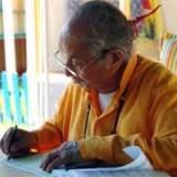 lama Gawang Rinpoche schrijvend