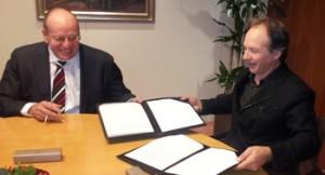 BUN-voorzitter Andre Kalden en Fred Teeven bij de ondertekening van de overeenkomst.