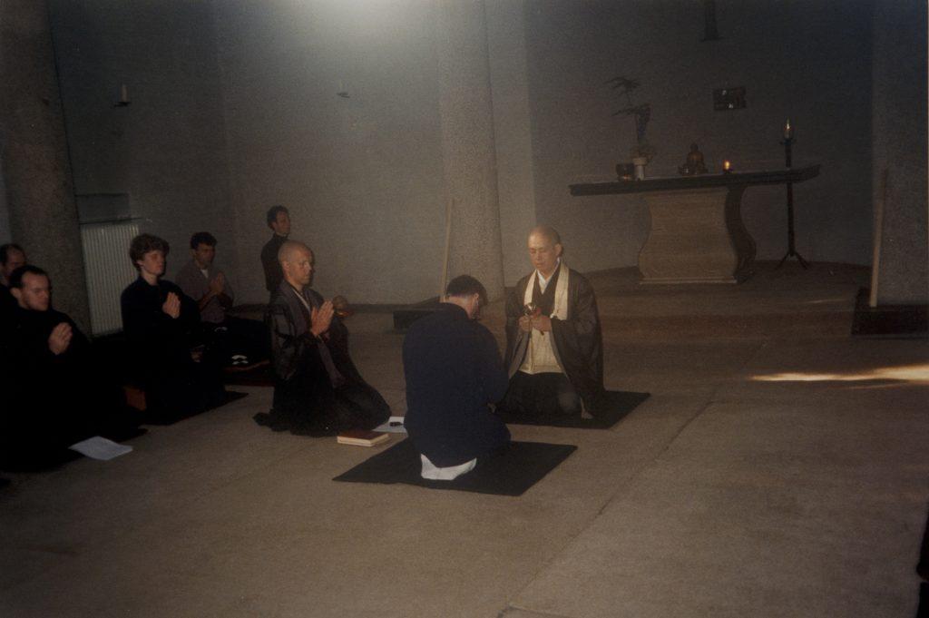 Sokun Tsushimoto met secondant Rients Ritskes bij de jukai (toevluchtnemen) van Dick Verstegen. Ritskes was toen al baas van zijn eigen zen-organisatie, Zentrum in Utrecht.