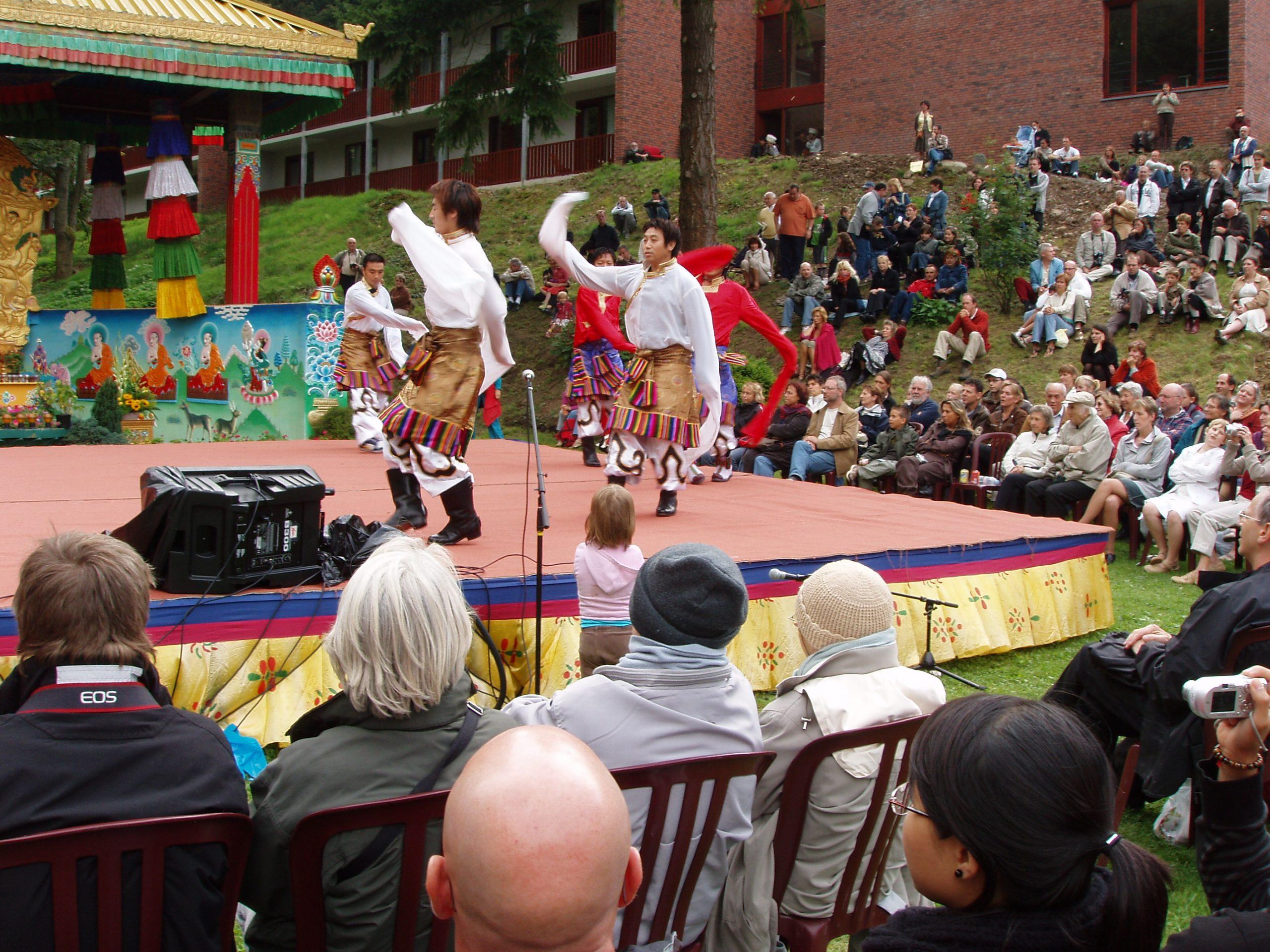 Huy, Tibetaanse dansers, foto Joop Hoek.