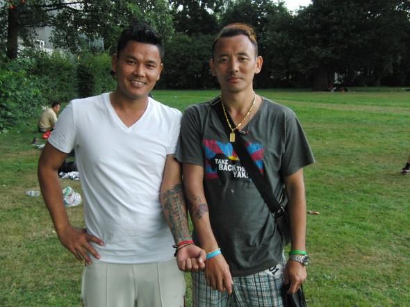 Voetbal en twee mannen