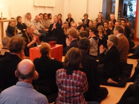 Kanzeon Centrum Amsterdam buigen voor leraar Nico Tydeman