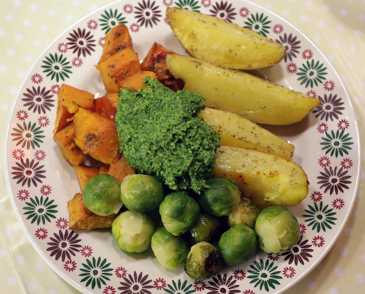 Beter rozemarijnaardappeltjes met groente en pesto