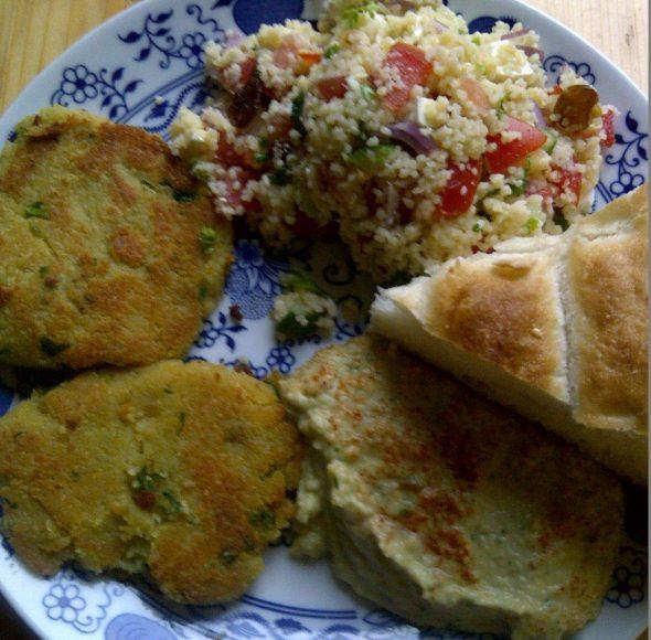 Falafel burger met taboule en hummus