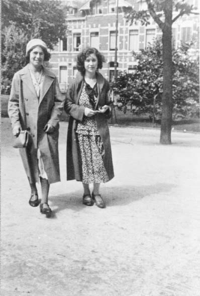 Etty Hillesum (r) en haar vriendin Rose Hamburger.
