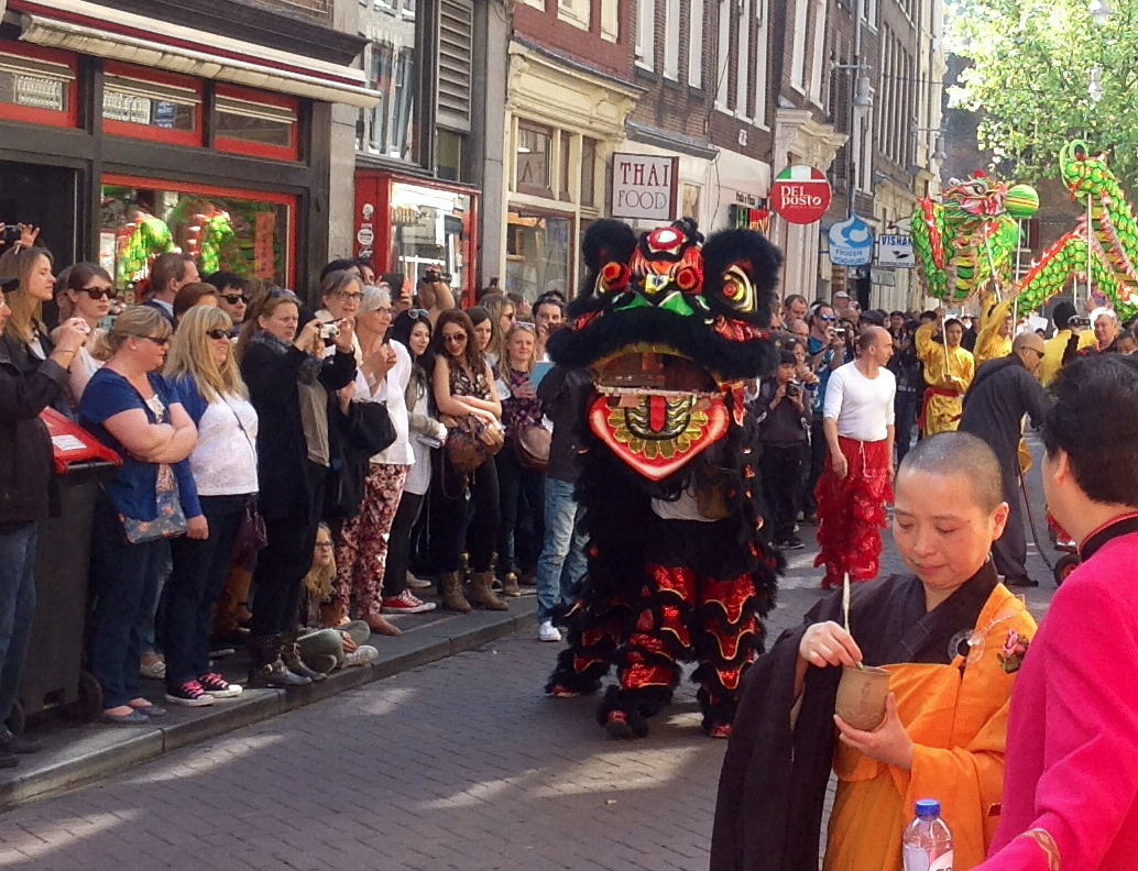 Boeddhadag Amsterdam abt zegent het publiek