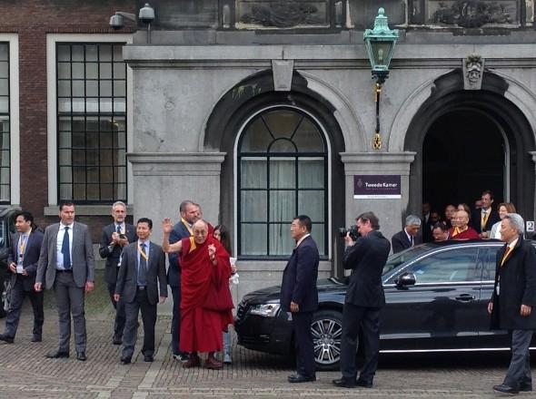 Dalai Lama bij zijn vertrek vanaf het Binnenhof in Den Haag. Fotodienst BD.