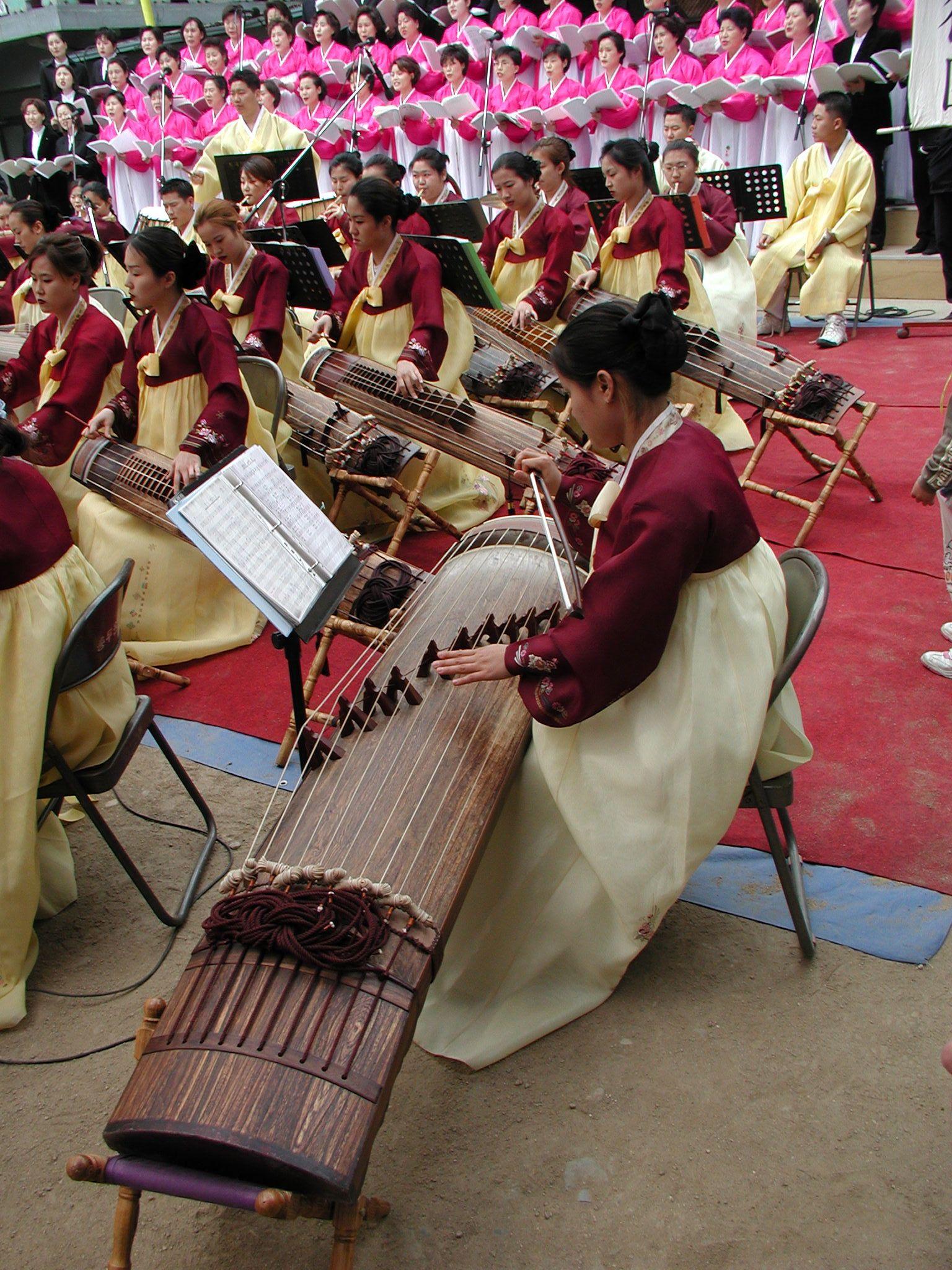 Traditionele muziek en zang worden opgevoerd. De vrouwen zijn gekleed in Hanbok. Foto's Thom Kluck.