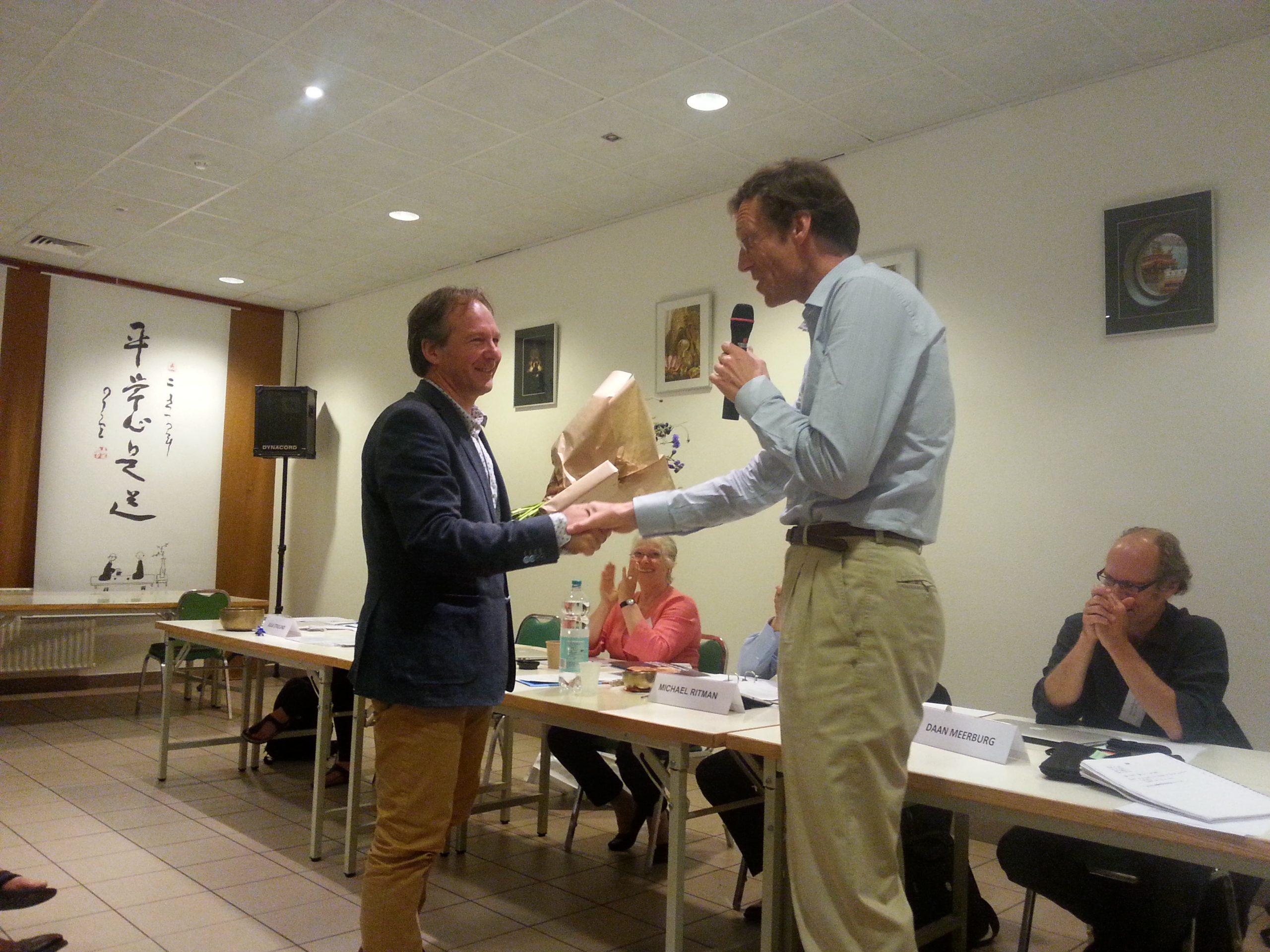 Bestuurslid Reinier Tilanus bedankt André Kalden voor zijn inzet.