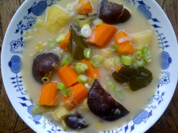 shiitake citroengras soep met aardappel en lente-ui