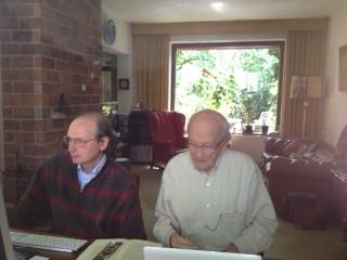 Jan de Breet (l) en Rob Janssen bezig met vertaalwerk.