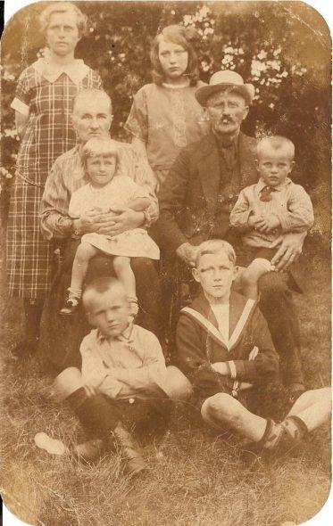 Mijn overgrootouders Marten Johannes de Wal, Grietje Barelds Jansma, links hun dochter Alie en kleinkinderen.