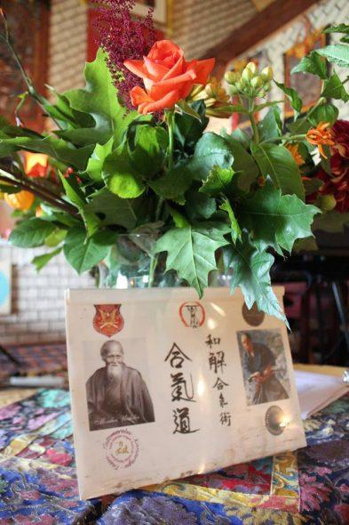 Gaden Chokor Ling open dag 6 9 2015 bloemen met portret
