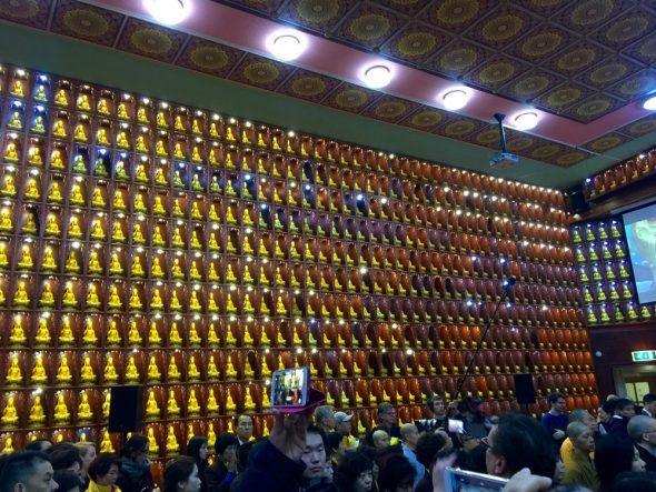 Interieur van de tempel met een wand met duizend boeddha's