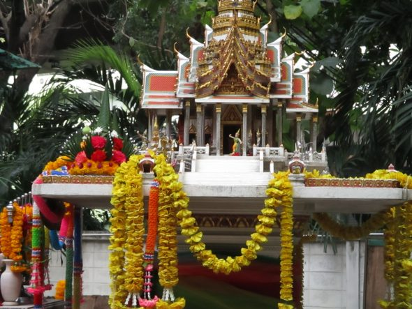 Mini-tempelschrijn bij een universiteit.