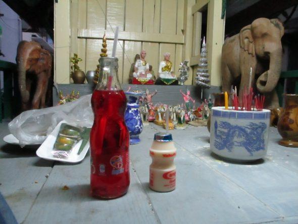 Olifanten staan voor voorspoed. In bijna alle tempeltjes is eten en te drinken.