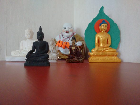 Boeddhabeelden in logeerruimte