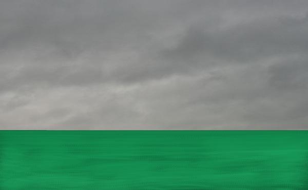 Grasgroene zee onder een loodgrijze lucht.