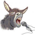 Een lachende ezel met een microfoon voor zijn mond