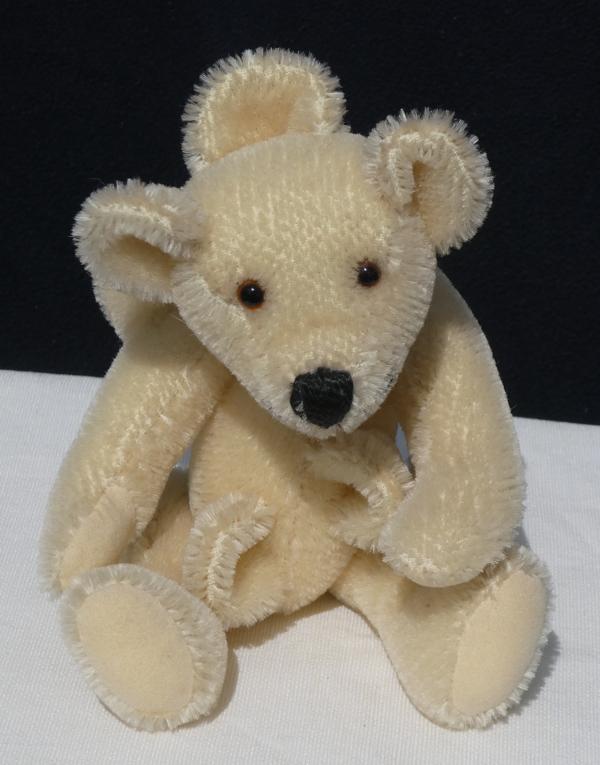 Teddybeer met extra oren op zijn kop en romp.
