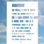 Tekstpagina waar alle woorden uit geponst zijn tegen de achtergrond van een licht bewolkte hemel.