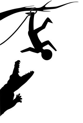 Silhouet van iemand die ondersteboven met zijn been in een touw aan een boomtak hangt en een krokodil afweert.