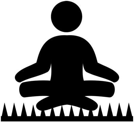 Silhouet van een meditator op een spijkerbed.
